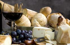 för ostexponeringsglas för 3 bröd wine Royaltyfri Fotografi