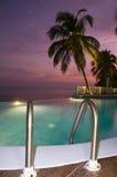 för pölsolnedgång för karibisk oändlighet lyxig simning arkivfoto