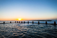 För pölvågor för hav tidvattens- gryning Royaltyfria Bilder