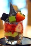För pafetglass för grönt te och jordgubbeefterrätt royaltyfri foto