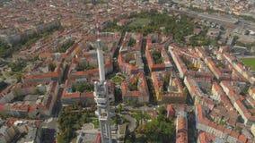 För panoramasikt för surr flyg- torn för television i Prague, Tjeckien arkivfilmer