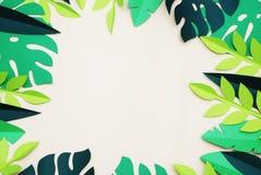 För papperssnitt för sommar tropiska sidor, ram exotisk sommartid Utrymme för text Härligt mörker - blom- bakgrund för grön djung arkivbilder