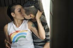 För parögonblick för LGBT lesbiskt begrepp för lycka royaltyfria bilder