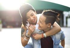 För parögonblick för LGBT lesbiskt begrepp för lycka arkivfoto