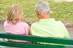 för par pensionär utomhus Arkivfoto