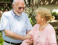 för par pensionär utomhus Arkivfoton