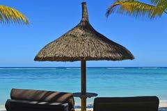 För paradisSunbeds för strand tropiskt hav semester Fotografering för Bildbyråer