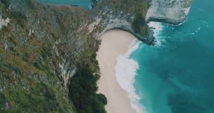 För pardanande för flyg- sikt lycklig längd i fot räknat för surr av att förbluffa den Kelingking stranden på den Nusa Penida ön, arkivfilmer