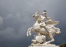 för paris för tillträde trädgårds- tuileries staty Arkivfoton