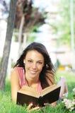 för parkavläsning för bok grönt barn för kvinna royaltyfri foto