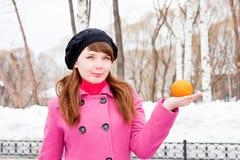 för parkvinter för händer orange kvinna Royaltyfri Bild