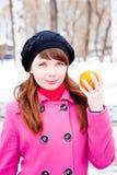 för parkvinter för händer orange kvinna Arkivfoto