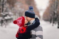 för parkvinter för par lyckligt barn Royaltyfri Fotografi