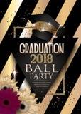 För partiinbjudan för avläggande av examen 2018 kort med hatten, den guld- ramen, blommor och randig bakgrund stock illustrationer