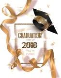 För partiinbjudan för avläggande av examen 2018 kort med hatten och långa guld- siden- band och konfettier Arkivfoton