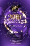 För partiinbjudan för avläggande av examen 2018 purpurfärgat kort med hatten, bokehram med tomtebloss och siden- band stock illustrationer