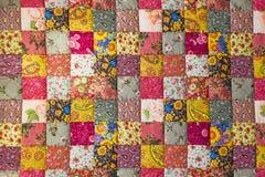 för patchworktäcke för sängöverkast fungerar olika gjorda manuella trasor Arkivbild