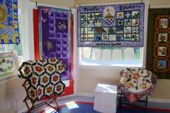 för patchworktäcke för sängöverkast fungerar olika gjorda manuella trasor Royaltyfri Foto