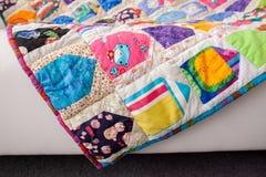 för patchworktäcke för sängöverkast fungerar olika gjorda manuella trasor Del av patchworktäcket som bakgrund handgjort färgrik f Arkivfoton