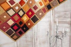 för patchworktäcke för sängöverkast fungerar olika gjorda manuella trasor Del av patchworktäcket som bakgrund handgjort färgrik f Royaltyfri Fotografi