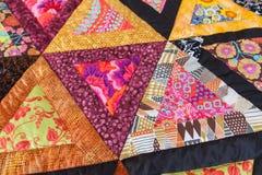 för patchworktäcke för sängöverkast fungerar olika gjorda manuella trasor Del av patchworktäcket som bakgrund handgjort färgrik f Arkivbilder