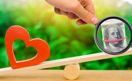 För pengar förälskelsebegrepp kontra För passion vinst kontra Familj eller omsorg arkivfoton
