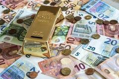 För pengarbegrepp för besparingar kontanta sedlar för euro alla format- och centmynt på räddning för form för guld- stång för skr royaltyfria bilder