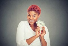 För pengardollar för toppen lycklig upphetsad lyckad kvinna hållande räkningar i hand royaltyfri bild