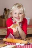 För pepparkakastjärna för gullig pojke hållande övre kaka royaltyfri bild