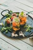 För persikais för sommar uppfriskande kallt te på magasinet, kopieringsutrymme royaltyfri bild