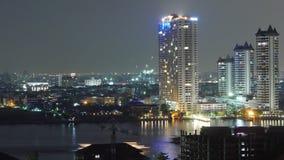 För Phraya River för chao för ljus för Bangkok stadsnatt schackningsperiod för tid för panorama 4k trafik Thailand stock video