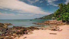 För phuket för sommardag schackningsperiod för tid för panorama 4k berömd liten strand Thailand lager videofilmer