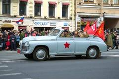 För `-Pobeda för GAZ M-20 cabriolet för bil ` på ståta av retro bilar i hedern av Victory Day Arkivbild