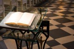 För podiumaltare för bibel helig bok B för religiös för dyrkan kyrka för inre fotografering för bildbyråer