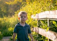 för pojke stående utomhus Arkivbilder