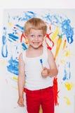 För pojkemålning för konstnär förskole- vattenfärger för borste på en staffli skola Utbildning kreativitet Studiostående över vit royaltyfri bild