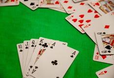 För pokerkort för kunglig spolning kombination på grön lycka för förmögenhet för bakgrundskasinolek Royaltyfri Fotografi