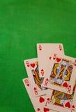 För pokerkort för kunglig spolning kombination på grön lycka för förmögenhet för bakgrundskasinolek Royaltyfri Foto