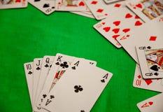 För pokerkort för kunglig spolning kombination på grön lycka för förmögenhet för bakgrundskasinolek Arkivbilder