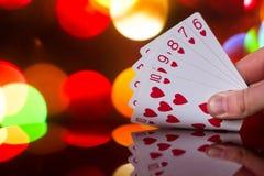 För pokerkort för rak spolning kombination på det suddiga kortspelet för förmögenhet för bakgrundskasinolycka Royaltyfria Bilder