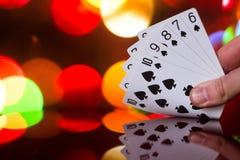 För pokerkort för rak spolning kombination på det suddiga kortspelet för förmögenhet för bakgrundskasinolycka Fotografering för Bildbyråer