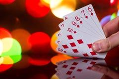 För pokerkort för rak spolning kombination på det suddiga kortspelet för förmögenhet för bakgrundskasinolycka Royaltyfri Bild