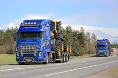 För Ponsse för transportsträcka för två Volvo FH lastbilar maskineri skogsbruk Royaltyfri Fotografi