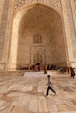 för porticotaj för pojken går den mahal past tomben Arkivfoton