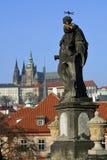 för prague för slottEuropa gammal foto vltava för lopp flod royaltyfri foto