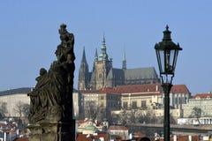 för prague för slottEuropa gammal foto vltava för lopp flod royaltyfria foton