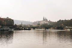 för prague för slottEuropa gammal foto vltava för lopp flod Arkivfoton