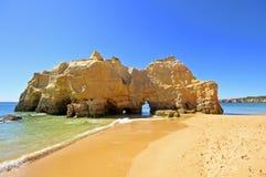 för praiarocha för da naturliga portugal rocks Arkivbild