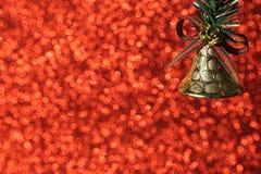 För prickbokeh för jul röd bakgrund och garnering för guld- klocka royaltyfri foto