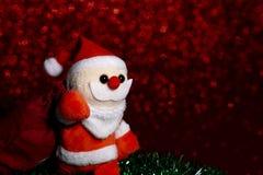 För prickbokeh för jul röd bakgrund och jultomten med påsen royaltyfria foton
